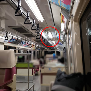 鉄道用防犯カメラ内蔵直管型LED照明が採用されている東京モノレール様の車両内部の様子