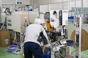 成形品、電子部品の製造装置オペレーター業務の様子
